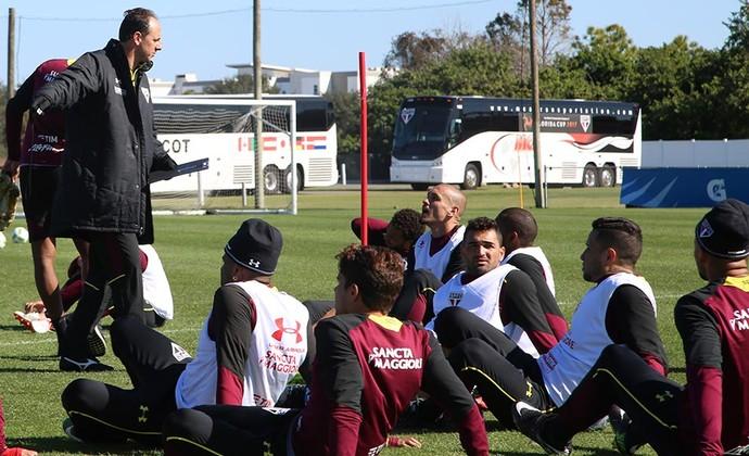 Rogério Ceni orienta jogadores em treino do São Paulo (Foto: Érico Leonan / saopaulofc.net)