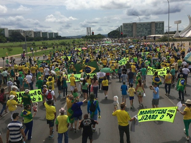 Manifestantes marcham da Catedral de Brasília em direção ao Congresso Nacional (Foto: Jéssica Nacimento/G1)