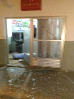 Agência ficou danificada após explosão de caixas eletrônicos em Sítio do Mato (Foto: Bahia10)