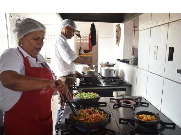 Há vagas para auxiliar de cozinha e cozinheiro (Foto: Fred Loureiro/ Secom-ES)