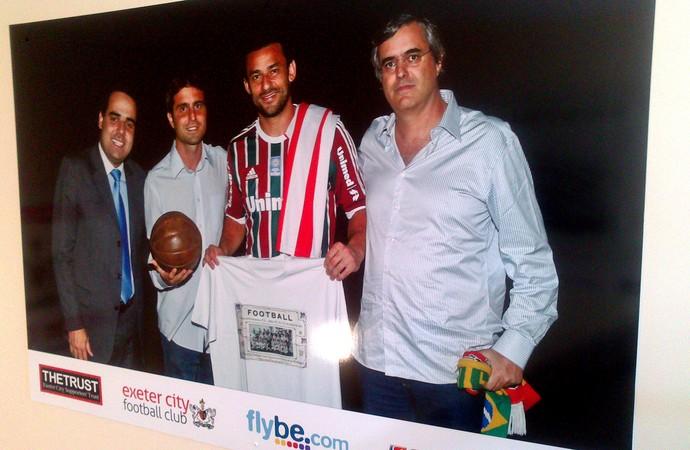 Fred com representantes tricolores e do Exeter na sede do clube inglês (Foto: Felipe Schmidt)