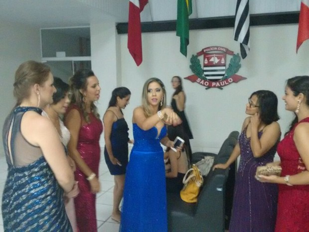 Formandas foram de vestido de festa até a delegacia (Foto: Arquivo Pessoal)