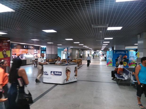 Balcões de informações turísticas e da Polícia Militar ajudam no serviço aos passageiros (Foto: Yuri Girardi / G1 Bahia)