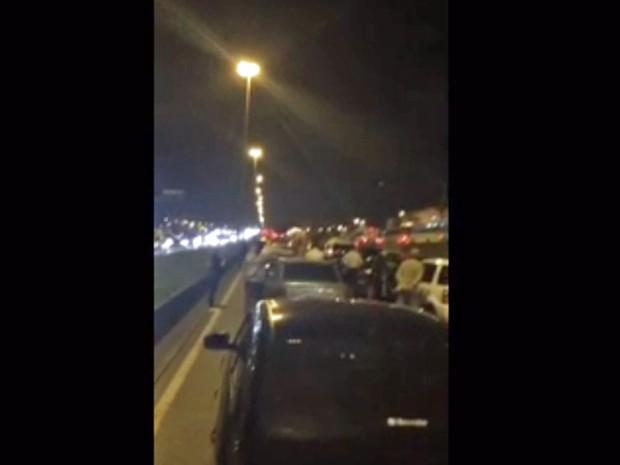 Motoristas saíram dos carros durante arrastão na Avenida Brasil (Foto: Reprodução/Enviado por Whatsapp)