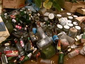 Ecoponto de São Carlos está repleto de garrafas vazias (Foto: Rodrigo Sargaço/EPTV)