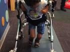 Após cirurgia nos EUA, menino com paralisia rara volta para Goiânia