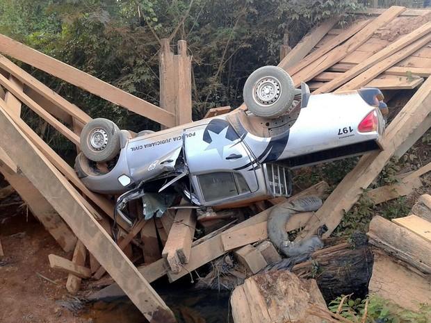 Motorista não vê desvio e viatura com 4 policiais civis cai em ponte quebrada em Apiacás  (Foto: Assessoria/Polícia Civil de MT)