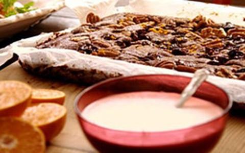 Brownie de chocolate recheado com frutas e nozes