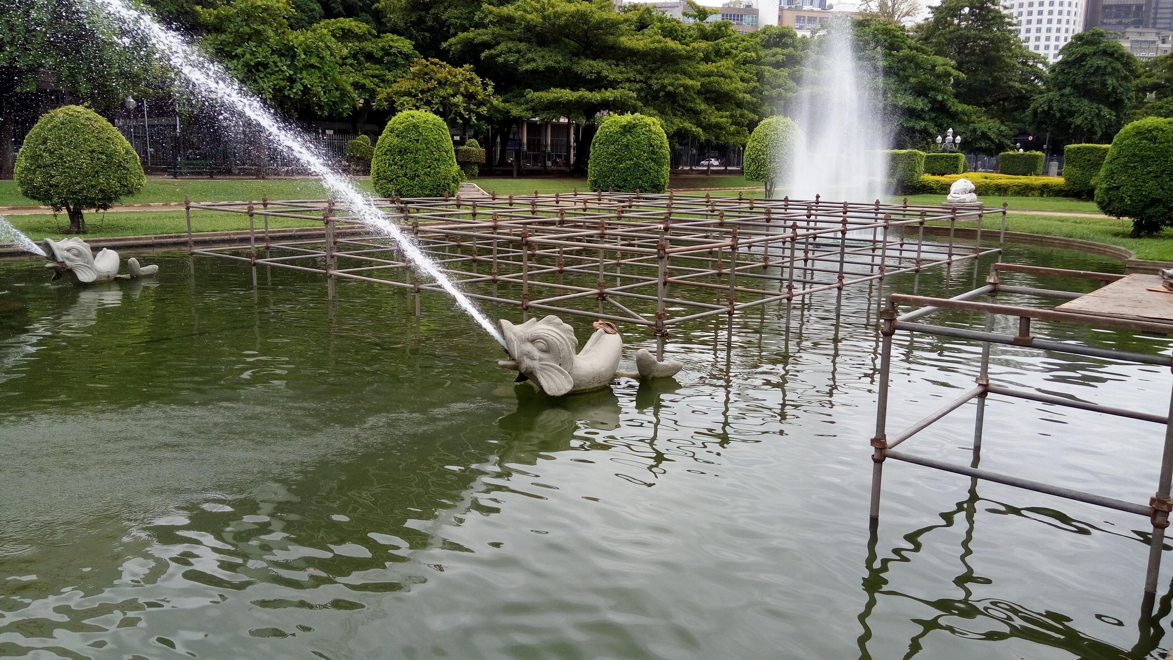 A estrutura montada dentro do lago da Praça Paris