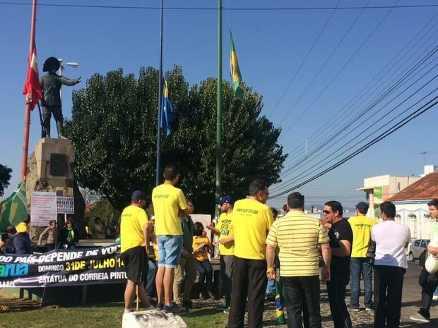 Manifestantes em Lages, SC, neste domingo (31) pedem o afastamento definitivo de Dilma Rousseff (Foto: Mauricio Santos/Lages Diário)