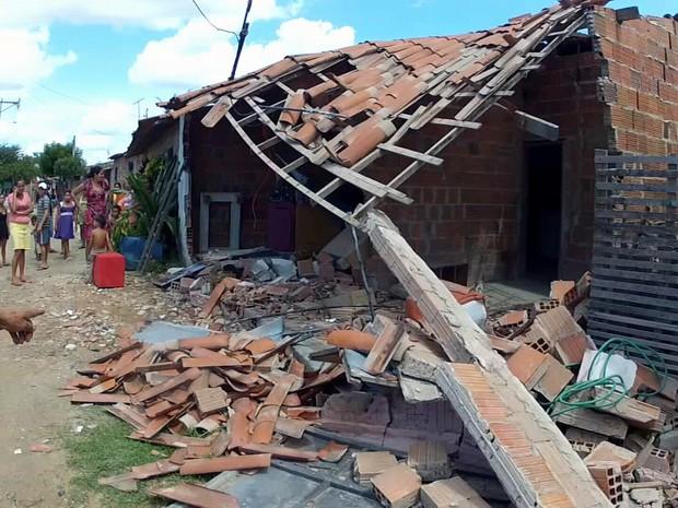 Carro invade casa, no Ceará e só para perto da rede de um morador (Foto: Reprodução/TV Verdes Mares)