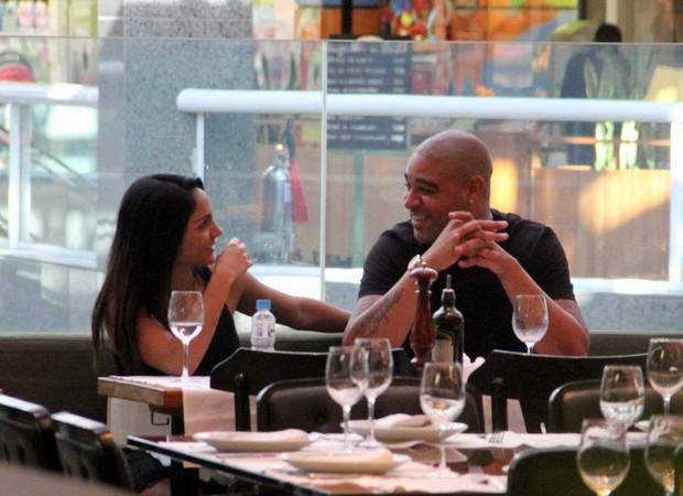 Adriano e namorada (Foto: Marcus Pavão)