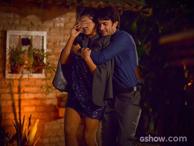 Luiza se diverte com a surpresa armada por Laerte (Foto: Raphael Dias/TV Globo)