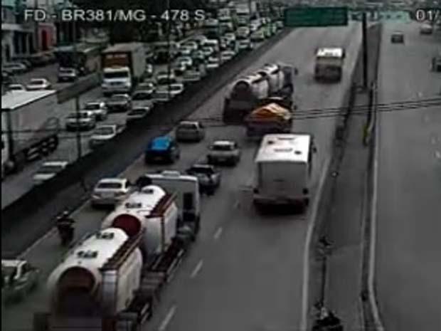 Os motoristas enfrentavam lentidão na Rodovia Fernão Dias, em Contagem, no sentido Belo Horizonte, no final da tarde desta segunda-feira (1) (Foto: Reprodução/TV Globo)