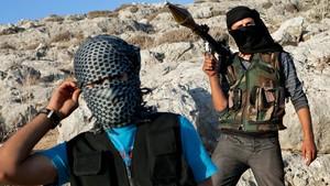Combatentes leais ao exército rebelde posam com suas armas nos arredores de Idlib, no noroeste da Síria. (Foto: AFP)