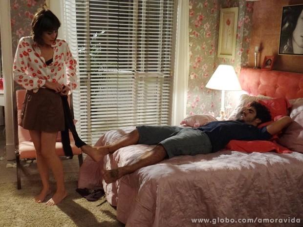 Patrícia e Michel curtem o quarto de Perséfone (Foto: Amor à Vida/TV Globo)