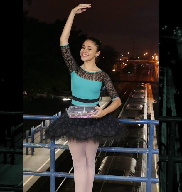 Amanda Mattos: bailarina vende brigadeiros no trem para conseguir custear viagem aos EUA (Foto: Agência O Globo)