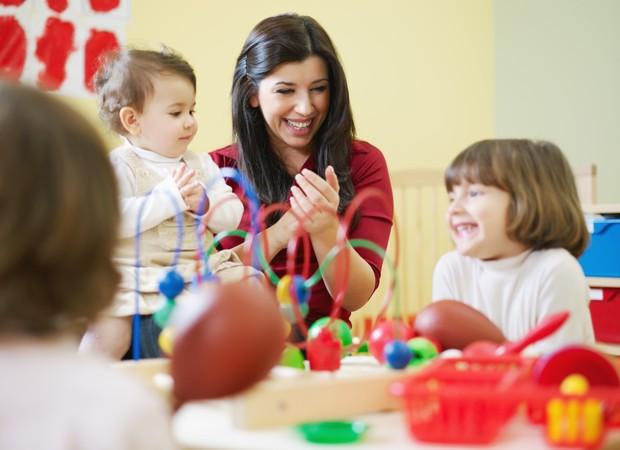 meninas; professora; escolinha; escola; berçário (Foto: Thinkstock)