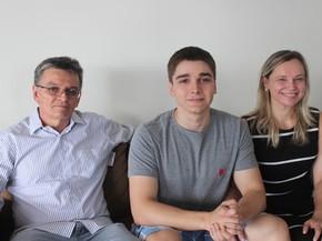 Pais de Vitor ficaram felizes com resultado e agora aguardam inscrição no Sisu (Foto: Beto Marques)