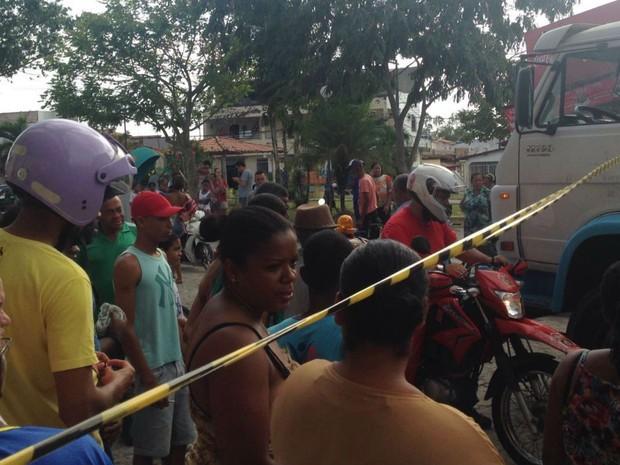 Motorista do caminhão fugiu depois de ser ameaçado por moradores  (Foto: Voz da Bahia / Sandy Santos)