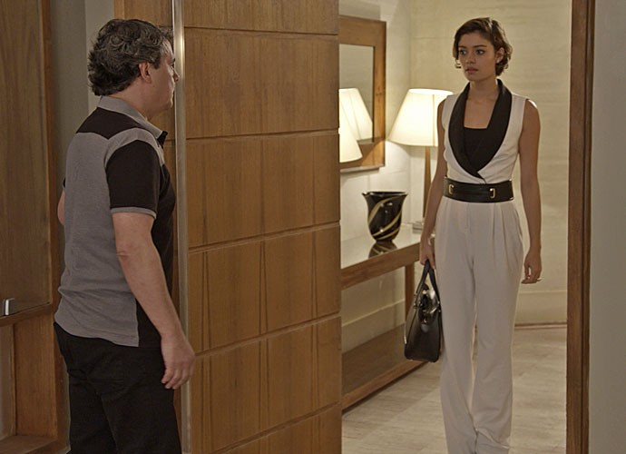 A jovem vai pedir ajuda para o ex-namorado (Foto: TV Globo)