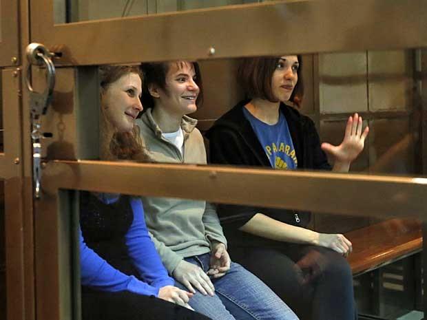 Maria Alekhina, Yekaterina Samutsevich e Nadezhda Tolokonnikova, da banda Pussy Riot, acompanham julgamento a partir de uma gaiola de vidro. (Foto: Sergey Ponomarev / AP Photo)