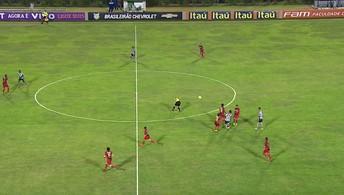 Leandrinho tenta virada de jogo e acerta o árbitro no segundo tempo
