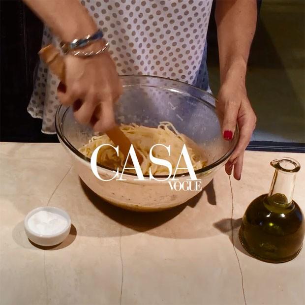 Receita de Espaguete Caio e Pepe por Alexandra Forbes (Foto: reprodução)