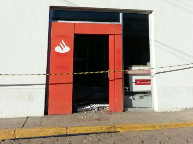 Agência que fica no centro da cidade precisou ser isolada  (Foto: Lucas Cerejo / TV TEM)