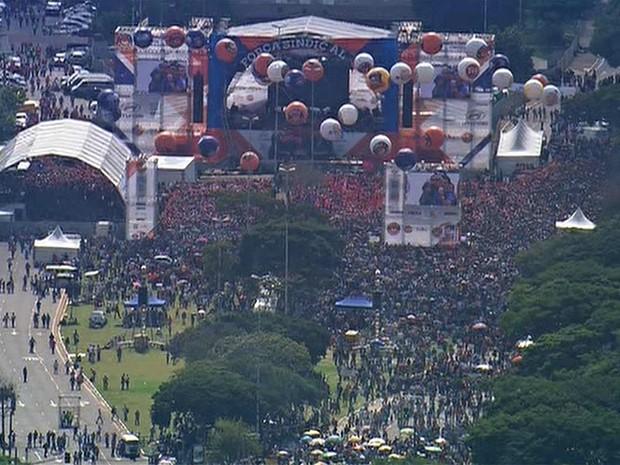 Concentração na Praça Campo de Bagatelle pouco antes do meio-dia. (Foto: Reprodução/TV Globo)