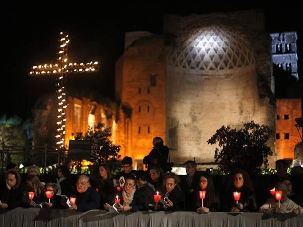 Fieis seguram velas e acompanham a Via Crucis presidida pelo Papa Francisco nesta Sexta-Feira Santa (18) (Foto: REUTERS/Max Rossi)