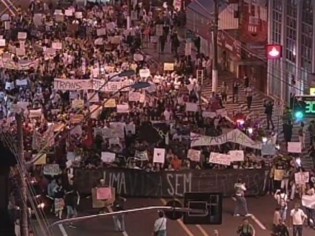 Manifestantes seguem pela Avenida Sampaio Vidal em Marília  (Foto: reprodução/TV Tem)