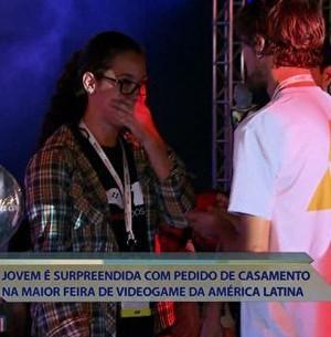Jovem pede a mão da amada em feira de game (Encontro com Fátima Bernardes/TV Globo)