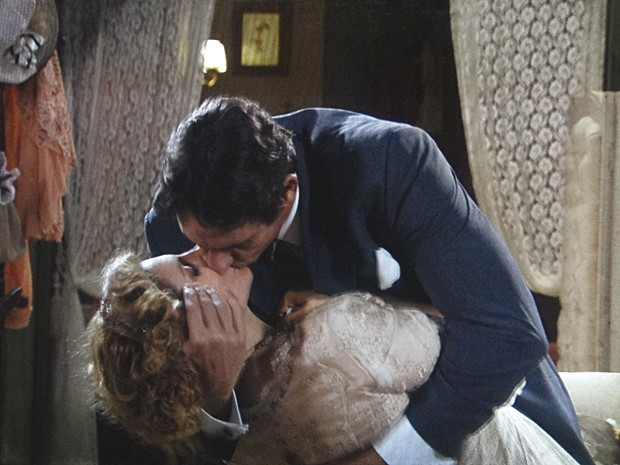Frederico beija Diva (Foto: Lado a Lado/TV Globo)