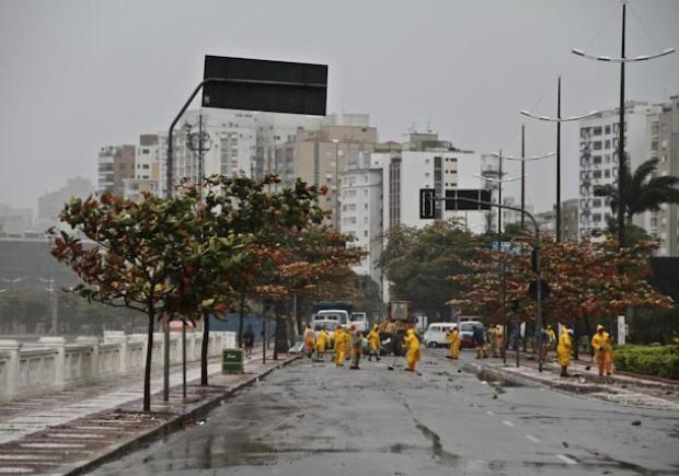 Avenida precisou ser interditada para limpeza (Foto: Airton Franca/ VC no G1)