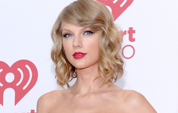 """A namoradeira cantora Taylor Swift, de 24 anos, pensa o seguinte sobre o amor: """"Acho que todo mundo deveria encarar relacionamentos com a perspectiva de jogar limpo... Até que ele determine que é um jogo. E, se for um jogo, você tem de ganhar"""". (Foto: Getty Images)"""