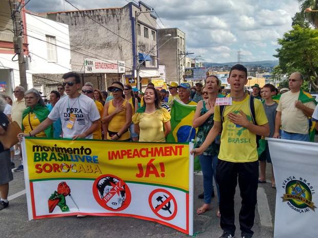 Manifestantes saíram em passeata pelas ruas de Sorocaba (Foto: Amanda Campos/G1)