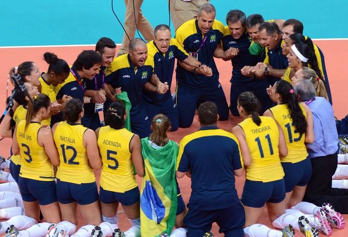Zé Roberto e seleção feminina de vôlei campeã em Londres 2012 (Foto: Alexandre Arruda / Divulgação CBV)