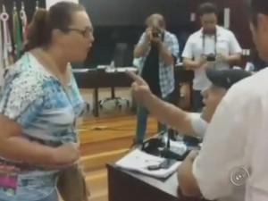 Moradora e vereador trocaram insultos na Câmara de Santa Cruz do Rio Pardo (Foto: Reprodução/TV TEM)