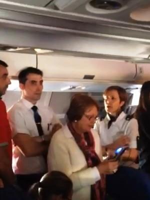 Falta de informações irritou passageiros à espera de desembarque em Viracopos, SP (Foto: Luisa Izidoro)