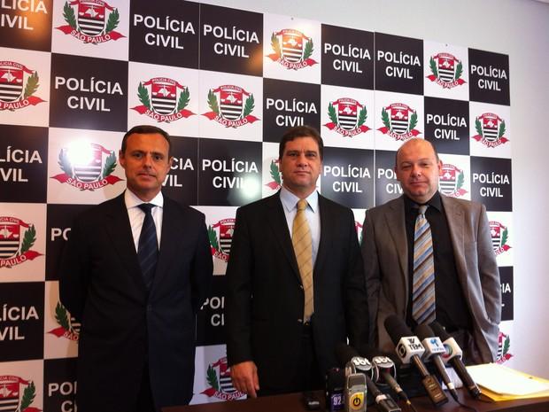 Delegados José Urban Filho (Dig), Marcelo Carriel (Seccional) e Marcelo Pinto (São Roque) anunciam mudança de comando nas investigações (Foto: Márcia Belmello/G1)