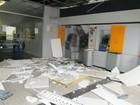 Bandidos explodem caixa eletrônico e agência fica parcialmente destruída