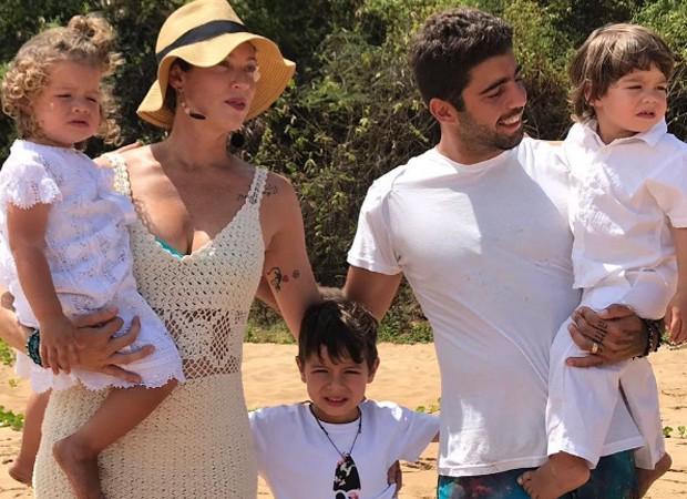 Luana Piovani e Pedro Scooby com Liz, Dom e Bem (Foto: Reprodução/instagram)