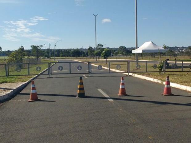 Barreiras foram instaladas na avenida que leva ao Palácio da Alvorada (Foto: Beatriz Pataro/G1)