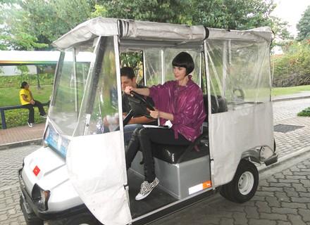 Mayana Moura dirige carrinho elétrico no Projac