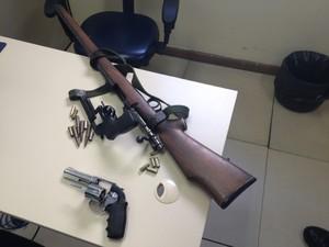 Armas apreendidas pela polícia após sequestro de família em kombi (Foto: Renata Soares/G1)