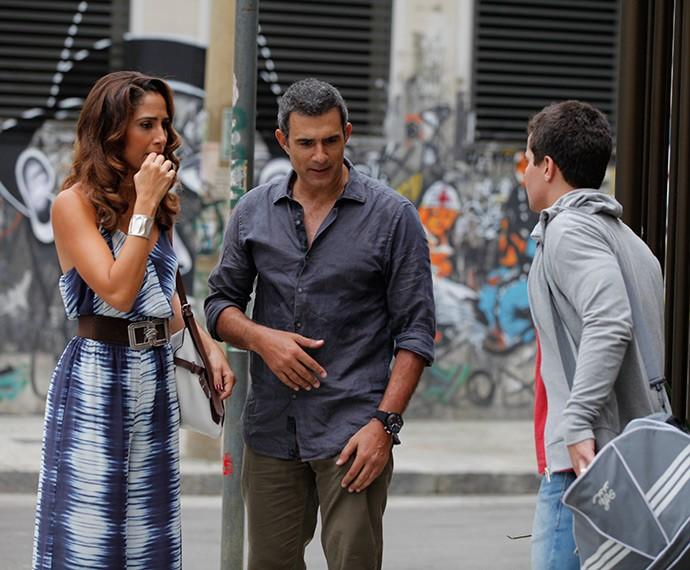Regina fica desconfiada com o relógio novo de Diogo (Foto: Artur Meninea/TV Globo)