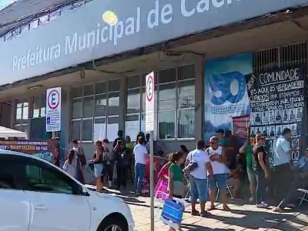 Servidores protestam em Cachoeirinha (Foto: Reprodução/RBS TV)