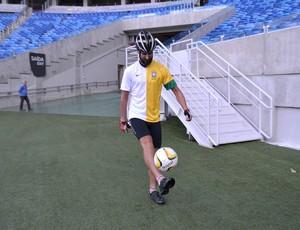 Andy Smith, ciclista inglês, durante visita a Natal - Arena das Dunas (Foto: Jocaff Souza)