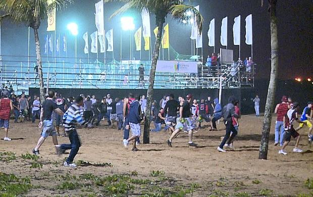 Briga entre torcedores de Vasco e Flamengo, na Praia de Camburi, em Vitória (Foto: Reprodução/TV Gazeta)